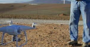Męskiego inżyniera operacyjny truteń w wiatrowym gospodarstwie rolnym 4k zdjęcie wideo