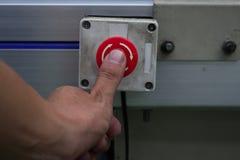 Męskiego ręki dosunięcia przerwy przeciwawaryjny czerwony guzik Zdjęcie Royalty Free