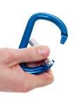 Męskiego ręki mienia wspinaczkowy carabiner Obraz Stock