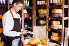 Męskiego serowego sklepowego asystenta zamachu kredytowa karta obrazy stock