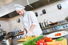 Męskiego szefa kuchni tnący warzywa dla sałatkowego jedzenia Fotografia Royalty Free