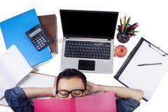 Męskiego ucznia dosypianie na podłoga po studiować Zdjęcia Stock