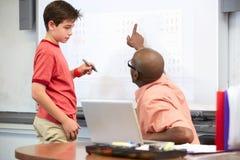 Męskiego ucznia Writing odpowiedź Na Whiteboard Obraz Royalty Free
