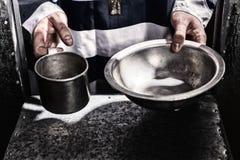Męskiego więźnia ` s wręcza mieniu aluminiowych naczynia w dziurze dla supp Zdjęcia Royalty Free