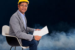 Męskiej inżynier odzieży żółty hełm z dymem Zdjęcia Royalty Free