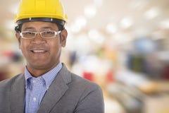 Męskiej inżynier odzieży żółty hełm z kolorowym tłem Zdjęcie Stock