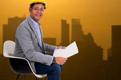 Męskiej inżynier odzieży żółty hełm z miasta światła tłem Obrazy Stock