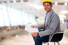 Męskiej inżynier odzieży żółty hełm z plamy tłem Obrazy Royalty Free