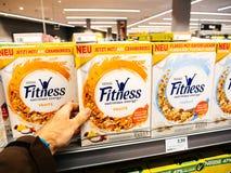 Męskiej klienta punktu widzenia kupienia Nestle sprawności fizycznej odżywczy Ene Zdjęcie Royalty Free