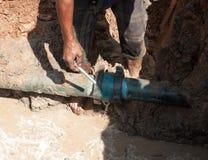 Męskiej pracownik naprawy drymby wodna magistrala łamająca zdjęcie stock