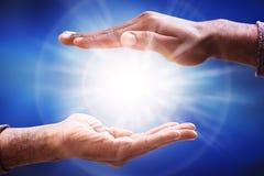 Męskiej ręki światła słonecznego Zbieracki raca zdjęcie royalty free