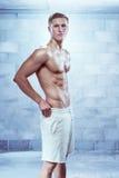 Męskiej sprawności fizycznej bielu wzorcowi jest ubranym skróty Zdjęcie Stock