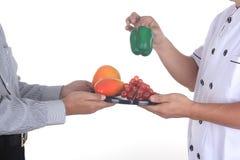 Męskiej szef kuchni teraźniejszości zdrowy owocowy pojęcie Zdjęcie Royalty Free