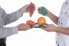 Męskiej szef kuchni teraźniejszości zdrowy owocowy pojęcie Obraz Royalty Free