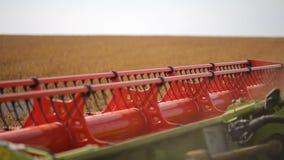 Młocarza syndykata żniwiarza rolki krajacza bary ciie soya bobowej rośliny Rolny pojazd na soi polu zdjęcie wideo