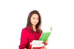Młoda Łacińska dziewczyny mienia sterta książki i czytanie Obrazy Stock