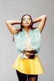 Młoda ładna afroamerykańska kobieta pozuje w mod clothers emocjonalnych, stylu życia pojęcia ludzie Zdjęcia Royalty Free