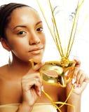 Młoda ładna afroamerykańska kobieta trzyma venetian maskę odizolowywająca na białym tle, przygotowywającym dla wakacyjnego przyję Fotografia Stock