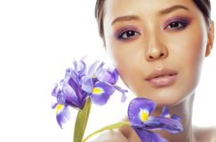 Młoda ładna azjatykcia kobieta z kwiat orchidei purpurowym zakończeniem w górę isol fotografia royalty free