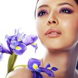 Młoda ładna azjatykcia kobieta z kwiat orchidei purpurowym zakończeniem w górę isol obrazy royalty free
