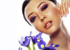 Młoda ładna azjatykcia kobieta z kwiat orchidei purpurowym zakończeniem w górę isol zdjęcie stock