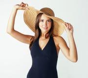 Młoda ładna brunetki kobieta jest ubranym lato kapelusz odizolowywających na białym tła narządzaniu wakacje swimsuit i zdjęcia royalty free