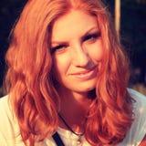 Młoda ładna czerwona włosiana kobieta plenerowa zdjęcie stock