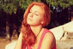Młoda ładna czerwona włosiana kobieta plenerowa fotografia stock