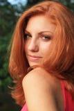 Młoda ładna czerwona włosiana kobieta plenerowa zdjęcia stock