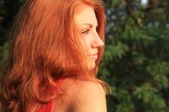 Młoda ładna czerwona włosiana kobieta plenerowa obraz royalty free