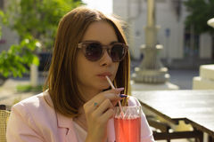 Młoda ładna dziewczyna pije zimnego napój, plenerowego Fotografia Royalty Free