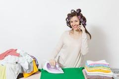 Młoda ładna gospodyni domowa Kobieta na białym tle Housekeeping pojęcie Odbitkowa przestrzeń dla reklamy fotografia stock