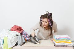 Młoda ładna gospodyni domowa Kobieta na białym tle Housekeeping pojęcie Odbitkowa przestrzeń dla reklamy obrazy royalty free