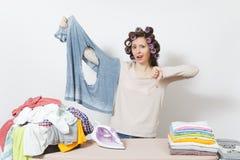 Młoda ładna gospodyni domowa odosobniona tło biała kobieta Housekeeping pojęcie Odbitkowa przestrzeń dla reklamy obraz stock
