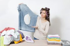 Młoda ładna gospodyni domowa odosobniona tło biała kobieta Housekeeping pojęcie Odbitkowa przestrzeń dla reklamy zdjęcie royalty free