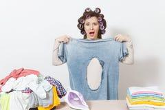 Młoda ładna gospodyni domowa odosobniona tło biała kobieta Housekeeping pojęcie Odbitkowa przestrzeń dla reklamy obrazy royalty free
