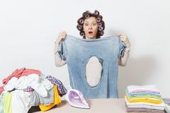 Młoda ładna gospodyni domowa odosobniona tło biała kobieta Housekeeping pojęcie Odbitkowa przestrzeń dla reklamy zdjęcia royalty free
