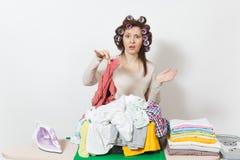 Młoda ładna gospodyni domowa odosobniona tło biała kobieta Housekeeping pojęcie Odbitkowa przestrzeń dla reklamy fotografia royalty free