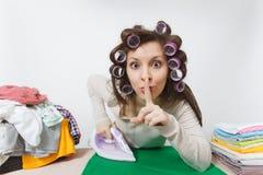 Młoda ładna gospodyni domowa odosobniona tło biała kobieta Housekeeping pojęcie Odbitkowa przestrzeń dla reklamy zdjęcie stock