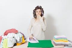 Młoda ładna gospodyni domowa odosobniona tło biała kobieta Housekeeping pojęcie Odbitkowa przestrzeń dla reklamy obraz royalty free