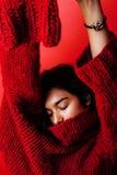 Młoda ładna indyjska oliwkowa dziewczyna w czerwony puloweru pozować emocjonalny, moda modniś nastoletni, stylu życia pojęcia lud Zdjęcia Stock