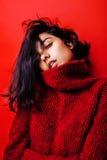 Młoda ładna indyjska oliwkowa dziewczyna w czerwony puloweru pozować emocjonalny, moda modniś nastoletni, stylu życia pojęcia lud Obraz Royalty Free