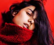 Młoda ładna indyjska oliwkowa dziewczyna w czerwony puloweru pozować emocjonalny, moda modniś nastoletni, stylu życia pojęcia lud Zdjęcie Stock