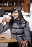 Młoda ładna indyjska profesional napoju kawa Fotografia Stock
