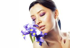 Młoda ładna istna azjatykcia kobieta z kwiat orchidei purpurowym zakończeniem up zdjęcie stock