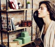 Młoda ładna kobieta czeka samotnie w nowożytnym loft studiu, modniś nowożytna dziewczyna, moda muzyka pojęcie, stylów życia ludzi Obrazy Stock