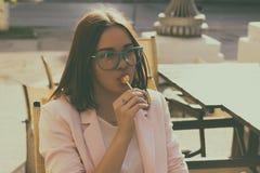 Młoda ładna kobieta, lizak, plenerowy Zdjęcie Stock