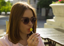 Młoda ładna kobieta, lizak, plenerowy Obraz Stock