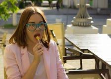 Młoda ładna kobieta, lizak, plenerowy Fotografia Stock