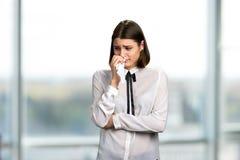 Młoda ładna kobieta płacze obrazy royalty free